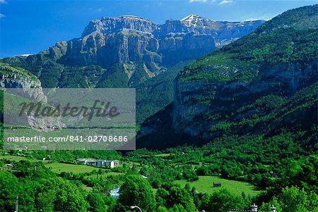 Torla, la verdoyante vallée de l'Ara et Mondarruego, Huesca, Aragon Pyrénées, Aragon, Espagne, Europe