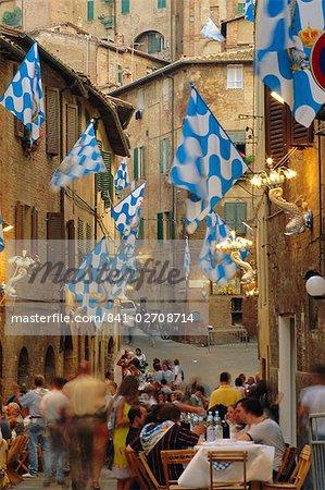 Palio banquet pour les membres de l'Onda (Wave) contrada, Sienne, Toscane, Italie, Europe