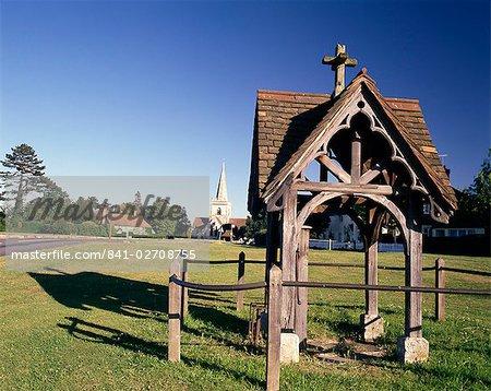 Pumpe, Dorfplatz und Kirche in der Ferne, Brockham, nahe Dorking, Surrey, England, Vereinigtes Königreich, Europa