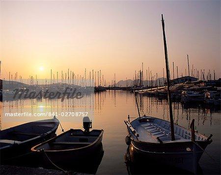Le port au lever du soleil, Puerto Pollensa, Majorque (Majorque), îles Baléares, Espagne, Méditerranée, Europe