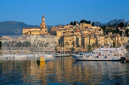 Bateau de pêche quittant le port, Menton, Alpes-Maritimes, Côte d'azur, Provence, Côte d'azur, France, Méditerranée, Europe