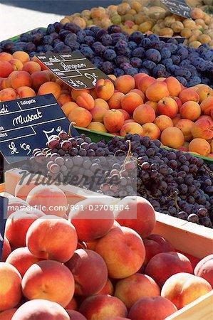 Fruits, les pêches et les raisins, en vente sur le marché dans la Rue Sainte Claire, Annecy, Haute-Savoie, Rhône-Alpes, France, Europe