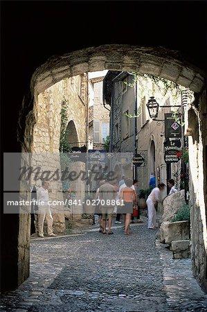 Découvre à travers la voûte de petite ruelle médiévale, Saint Paul de Vence, Alpes-Maritimes, Provence, France, Europe