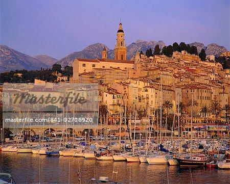 La vieille ville et le port à l'aube, Menton, Cote d'Azur, Alpes-Maritimes, Provence, France, Europe