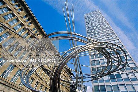 Scuplpture moderne sous la tour Mannesmann, Düsseldorf, Allemagne, Europe