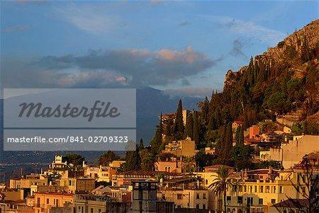 Vue aérienne sur la ville de Taormina, à la tombée de la nuit, y compris le Mont Etna, 3340m, à distance, Sicile, Italie, Europe