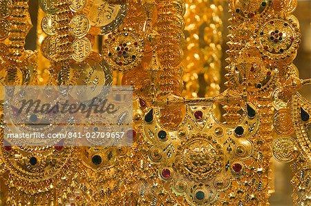 Nahaufnahme der Goldschmuck in der Gold Souk, Deira, Dubai, Vereinigte Arabische Emirate, Naher Osten