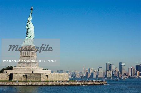 Statue de la liberté, Liberty Island et Manhattan skyline au-delà, New York City, New York, États-Unis d'Amérique, l'Amérique du Nord