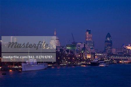 Saint Paul's Cathedral und die Skyline der Stadt London bei Nacht, London, England, Vereinigtes Königreich, Europa