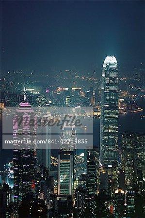 Deux IFC bâtiment sur la droite et la skyline de nuit, Hong Kong, Chine, Asie