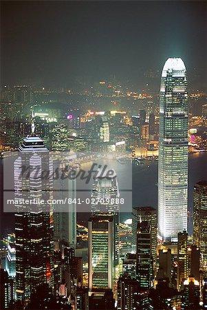 Skyline de Hong Kong de nuit avec le Centre sur la gauche et le renforcement des 2IFC sur la droite, Hong Kong, Chine, Asie