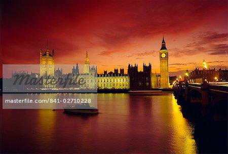 Die Themse und die Houses of Parliament bei Nacht, London, England, UK