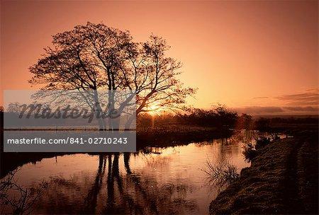 Sonnenaufgang über dem Fluss Wey, Send, Surrey, England, Vereinigtes Königreich, Europa