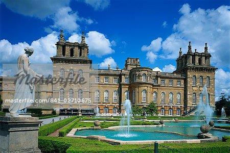 Fontaine d'eau et de la statue dans le jardin devant le Palais de Blenheim, Oxfordshire, Angleterre, Royaume-Uni, Europe
