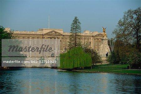 Le Monument de Victoria et le Palais de Buckingham, à partir de traversé l'étang à St. James Park, Londres, Royaume-Uni, Europe