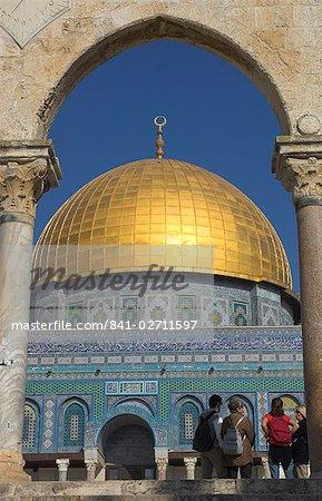 Touristes à la coupole de la Rock, vieille ville, UNESCO World Heritage Site, Jérusalem, Israël, Moyen-Orient