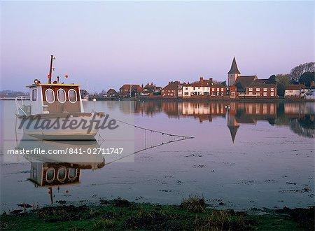 Bateau amarré à marée creek, village de Bosham, West Sussex, Angleterre, Royaume-Uni, Europe