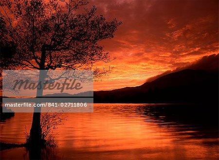 Rouge ciel au coucher du soleil, Coniston Water, Consiton, Lake District, Cumbria, Angleterre, Royaume-Uni, Europe