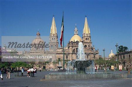 Fontaine en face de la cathédrale chrétienne à Guadalajara, Jalisco, au Mexique, en Amérique du Nord