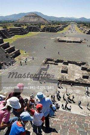 Décroissant de touristes de la pyramide de la lune, Teotihuacan, 150AD à 600AD et plus tard utilisé par les Aztèques, patrimoine mondial UNESCO, au nord de Mexico, au Mexique, en Amérique du Nord