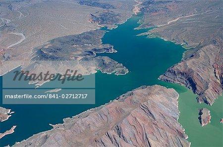 Vue aérienne du lac Mead, entourée d'un paysage aride dans le Nevada, États-Unis d'Amérique, l'Amérique du Nord
