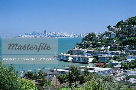 Sausalito, une ville sur la baie de San Francisco dans le comté de Marin, avec des toits de la ville de San Francisco dans le lointain, Californie, États-Unis d'Amérique (États-Unis d'Amérique), Amérique du Nord