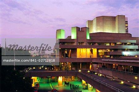 Das Nationaltheater in den Abend, South Bank, London, England, UK