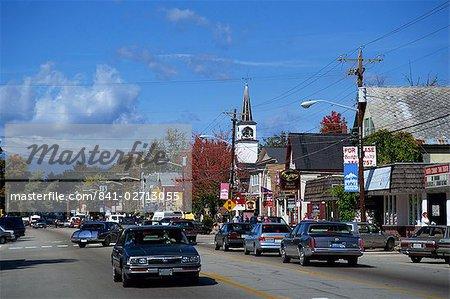 Scène de rue avec des voitures dans la ville de North Conway, New Hampshire, New England, États-Unis d'Amérique, North America
