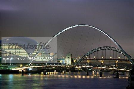 Le Sage et le Tyne et ponts du millénaire dans la nuit, Gateshead/Newcastle upon Tyne, Tyne et Wear, Angleterre, Royaume-Uni, Europe