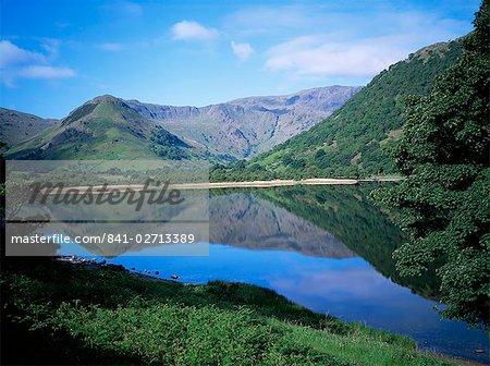 Montagnes se reflètent dans l'eau du lac, l'eau frères, Lake District, Cumbria, Angleterre, Royaume-Uni, Europe