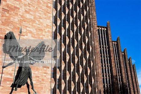 Statue de Epstein de St. Michael et le diable, nouvelle cathédrale de Coventry, Coventry, West Midlands, Angleterre, Royaume-Uni, Europe