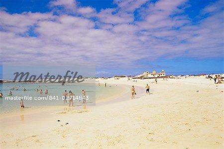 Personnes qui jouent sur la plage et la piscine naturelle au-delà, près de El Cotillo, Fuerteventura, îles Canaries, Espagne, océan Atlantique, l'Europe