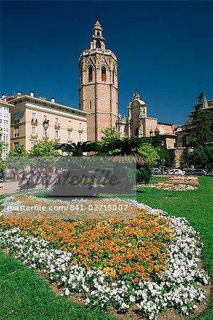 Jardins de la Plaza de la Reina et la cathédrale chrétienne de Valence dans le fond, Valence, Espagne, Europe