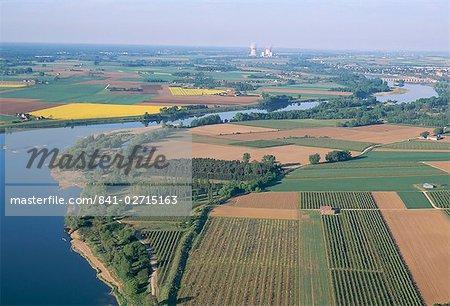 Vue aérienne de la campagne à proximité de la centrale nucléaire de Saint-Laurent-des-Eaux, Pays de la Loire, France, Europe