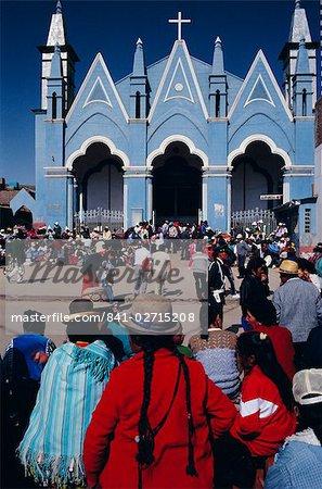 Einheimischen sammeln Ata Kirche, Puno, Peru, Südamerika