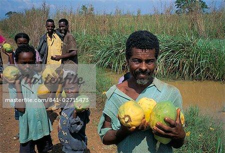 Papaya (pawpaw) sellers, Gambella region, Ilubador state, Ethiopia, Africa