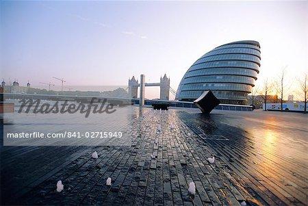 Hôtel de ville avec Tower Bridge derrière la rivière Thames, Londres, Angleterre, Royaume-Uni, Europe