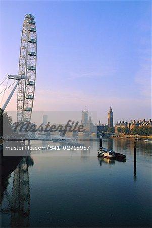 Das London Eye (Millennium Wheel), Themse und Houses of Parliament und Big Ben alle in Hintergrund, London, England, Vereinigtes Königreich, Europa