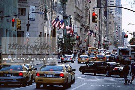 Trafic et scène de rue animée, 5th Avenue, New York City, New York, États-Unis d'Amérique, l'Amérique du Nord