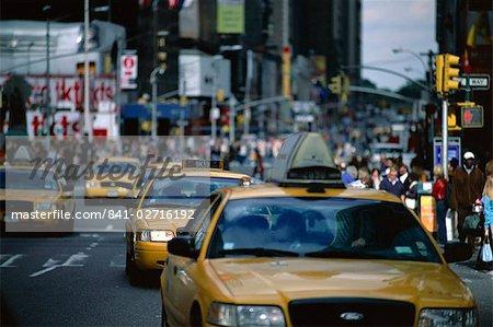 Scène de rue avec yellow taxi cabs, New York, États-Unis d'Amérique, Amérique du Nord