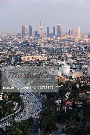 Gratte-ciels du centre-ville et des voitures sur une ville autoroute, Los Angeles, Californie, États-Unis d'Amérique, l'Amérique du Nord