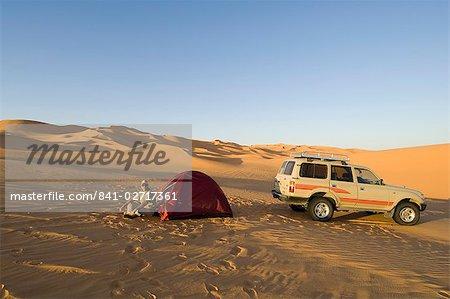 Tente et SUV au désert, Erg Awbari, Sahara desert, Fezzan (Libye), l'Afrique du Nord, Afrique