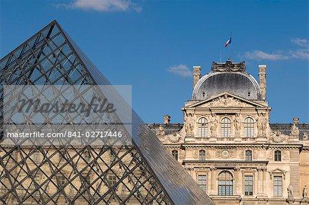 MUSEE du Louvre et la pyramide de Pei, Paris, France, Europe