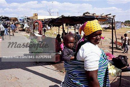 Femme portant un enfant sur son dos, Soweto, Johannesburg, Afrique du Sud, Afrique