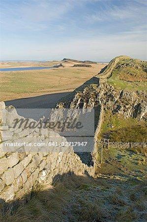Rocher de Cuddy, vers l'est à Sewingshields Crags et Broomlee Lough, mur d'Hadrien, patrimoine mondial de l'UNESCO, Northumbria (Northumberland), Angleterre, Royaume-Uni, Europe