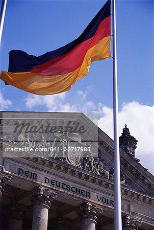 Extérieur du bâtiment du Reichstag et drapeau, Berlin, Allemagne, Europe