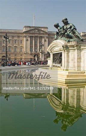 Réflexions, le Palais de Buckingham, la Reine Victoria Monument fontaine, Londres, Royaume-Uni, Europe
