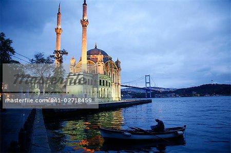 Pont de mosquée d'Ortakoy Mecidiye et le Bosphore, Istanbul, Turquie, Europe
