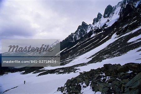 Backpacker escaladé le col pour se rendre à Glacier Grey, dans le Circuit de Torres, Parc National de Torres del Paine, Chili, Amérique du Sud