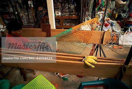 Homme fabrication des filets de vendre, Santiago marché, lac Atitlan, au Guatemala, l'Amérique centrale